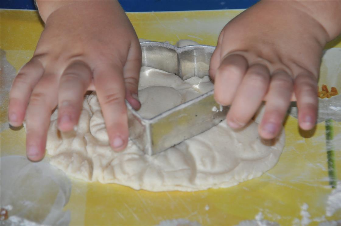 Kreatives Basteln mit Salzteig - Kinderhand und Ausstechform