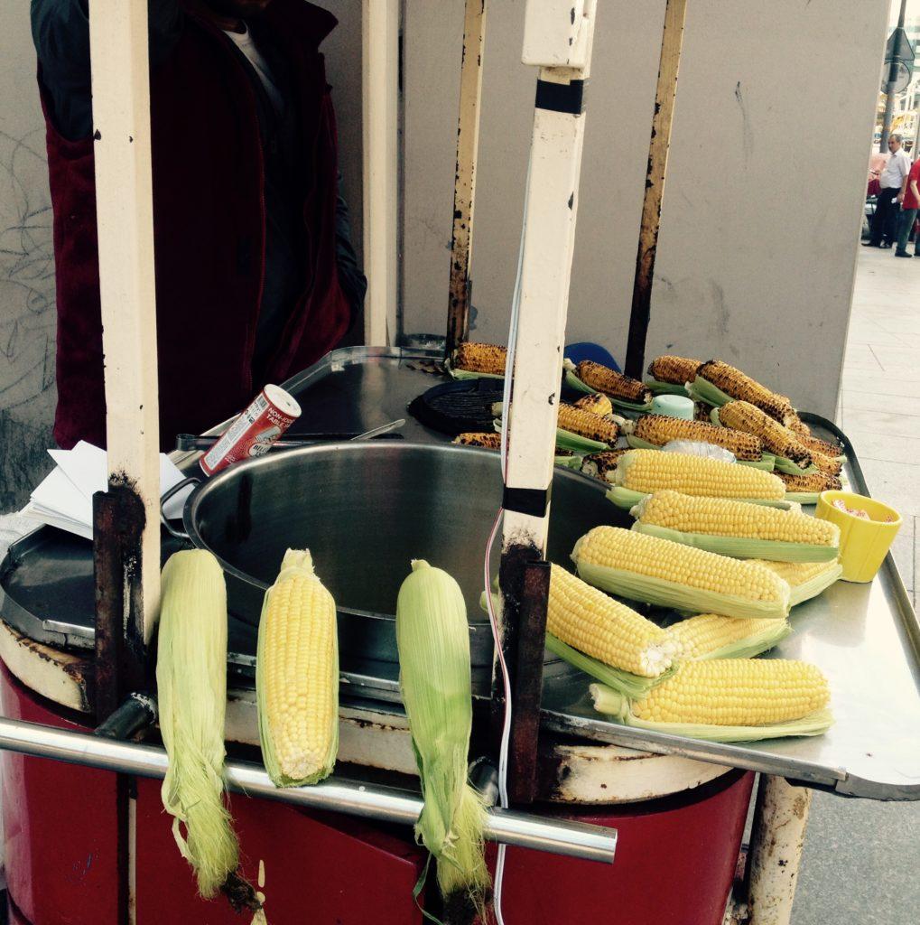 Vegan durch Istanbuls Straßen - Maiskolben